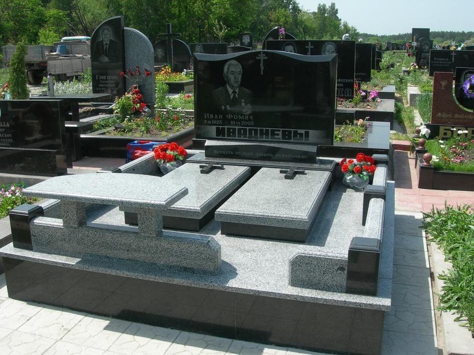 Мемориальный комплекс из двух видов гранитов Калининград надгробие м п кауфмана картинки