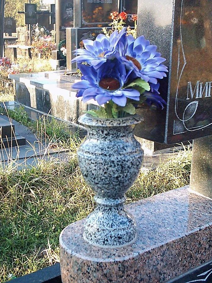 Ваза. Токовский гранит Калуга памятник с крестом Игарка
